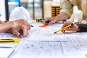 Team av ingeniører som ser på tegninger