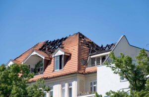 Hus med ødelagt tak etter brann